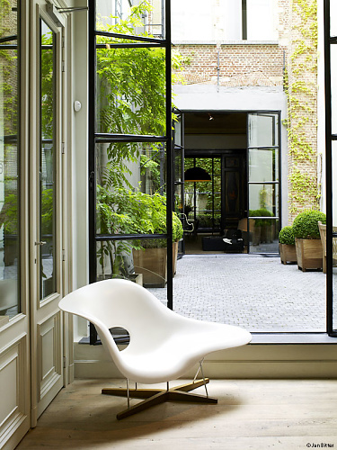 Charles and ray eames la chaise for Chaises charles eames originales